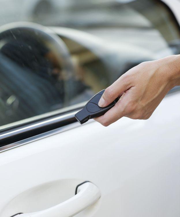 Foto: Los inhibidores de frecuencia se activan en el momento en que se pulsa el botón para cerrar el coche, por lo que queda abierto. (CORBIS)