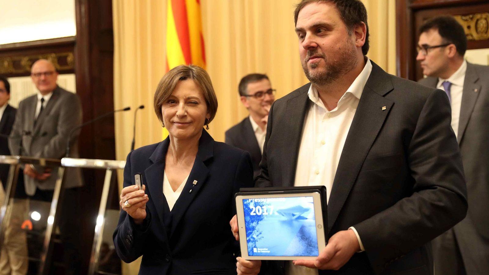 Foto: La presidenta del Parlament, Carme Forcadell, y el vicepresidente catalán y 'conseller' de Economía, Oriol Junqueras, muestran el lápiz de memoria y la tableta con el Proyecto de Ley de Presupuestos de la Generalitat. (EFE)
