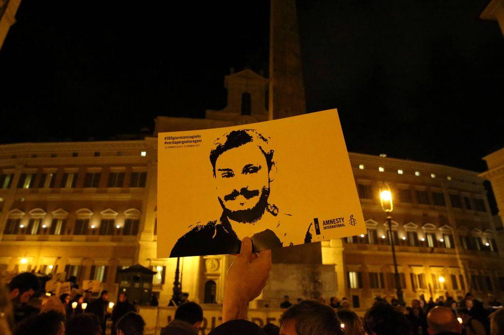 Foto: Un hombre sostiene un cartel durante una vigilia por Giulio Regeni, en el centro de Roma. (Reuters)
