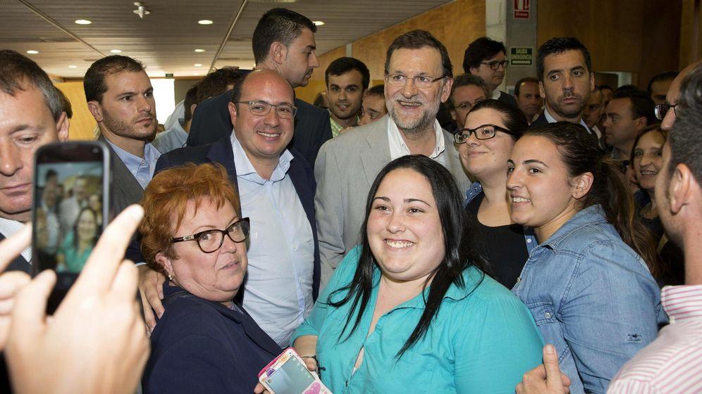 Foto: Una foto del presidente del Gobierno, Mariano Rajoy, en un mitin del PP en Murcia, en mayo de 2015. (EFE)
