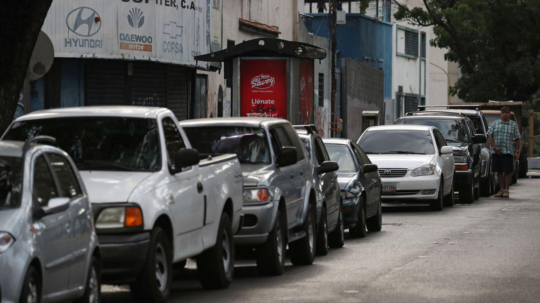 Vehículos esperando para repostar durante un apagón en Caracas, el 27 de marzo de 2019. (Reuters)