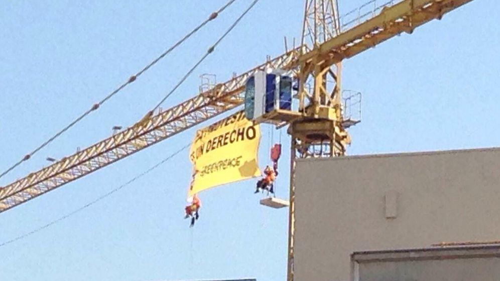 Foto: Activistas de Greenpeace subidos a una grúa cerca del Congreso de los Diputados. (EC)