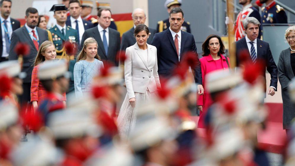 Foto: La Reina Letizia, junto a sus hijas, Pedro Sánchez (3d), Margarita Robles (2d) y el presidente de la Comunidad de Madrid, Angel Garrido (d), el viernes. (EFE)
