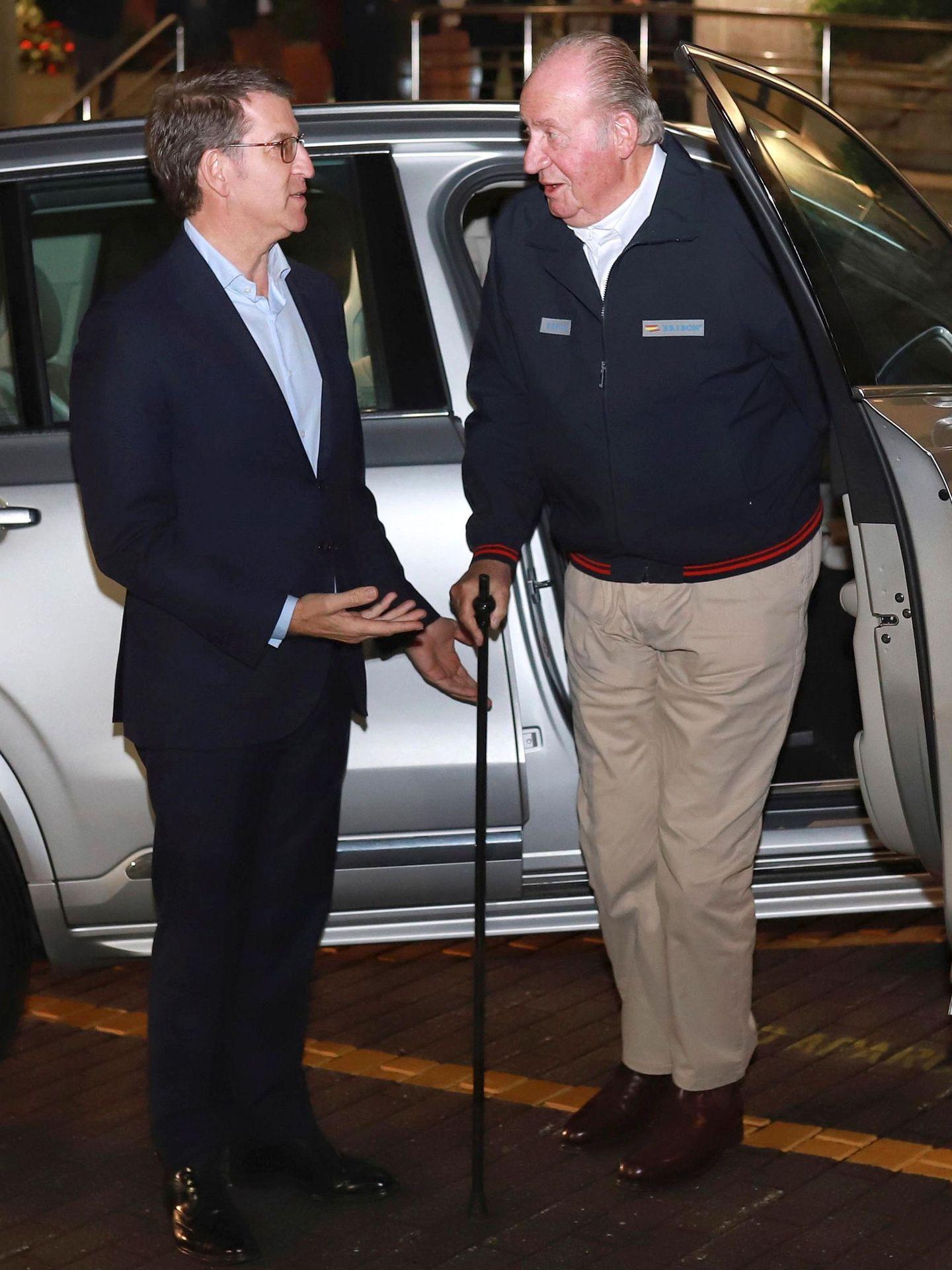 El rey Juan Carlos a su llegada a la cena con el presidente de la Xunta de Galicia, Alberto Núñez Feijóo, en Sanxenxo. (EFE)