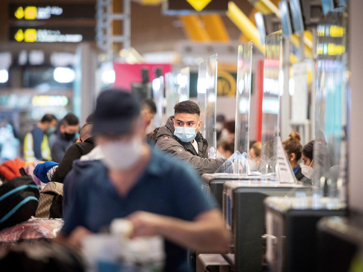 Foto: Pasajeros en la terminal 4 de Barajas en una imagen de noviembre. (EFE)