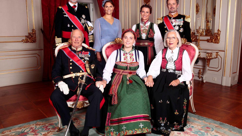 Ingrid Alexandra con sus padrinos: el rey Felipe, el rey Harald, la princesa Victoria, Marta Luisa de Noruega, Federico de Dinamarca y Marit Tjessem. (Reuters)