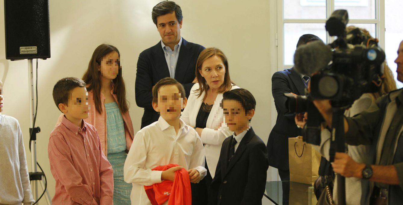 Foto: El hijo de Mariano Rajoy -a la derecha, con americana- junto a sus amiguitos (GTres)