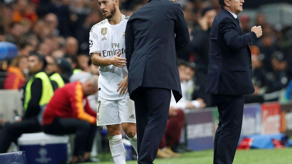 Foto: Zidane saluda a Hazard en el cambio del partido contra el Galatasaray. (EFE)