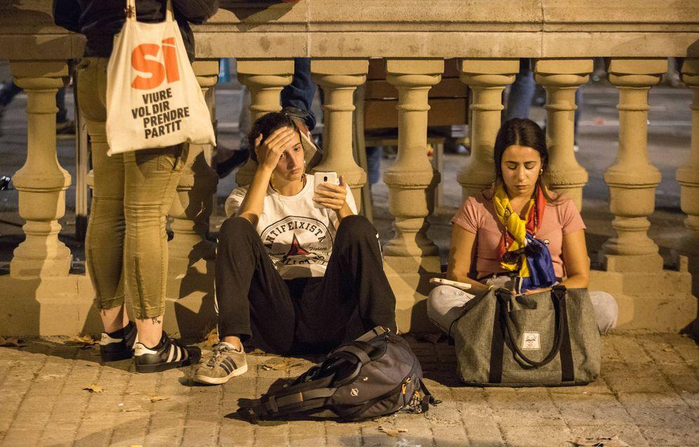 Foto: Dos jóvenes abatidas tras la suspensión de la declaración de independencia. (David Brunat)