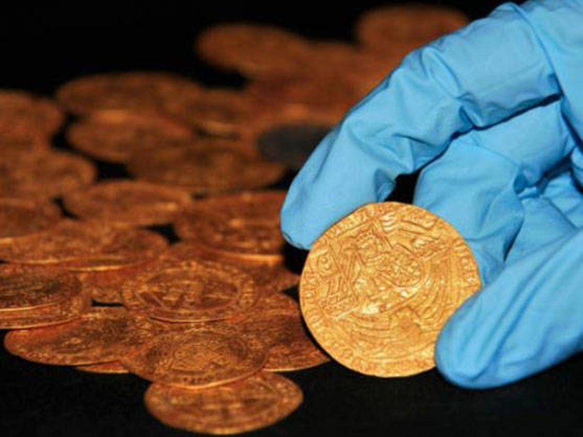 Foto: Las monedas llevarían más de cinco siglos en un jardín (Foto: Twitter)