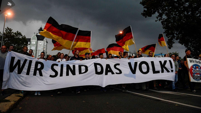 Protesta ultraderechista en la ciudad alemana de Chemnitz. En la pancarta se lee '¡Nosotros somos el pueblo!'. (Foto: EFE)