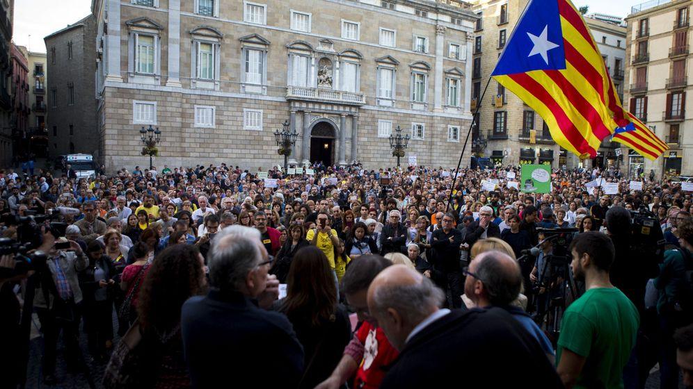 Foto: Centenares de docentes se manifiestan en la plaza de Sant Jaume convocados por el Marco Unitario de la Comunidad Educativa. (EFE)