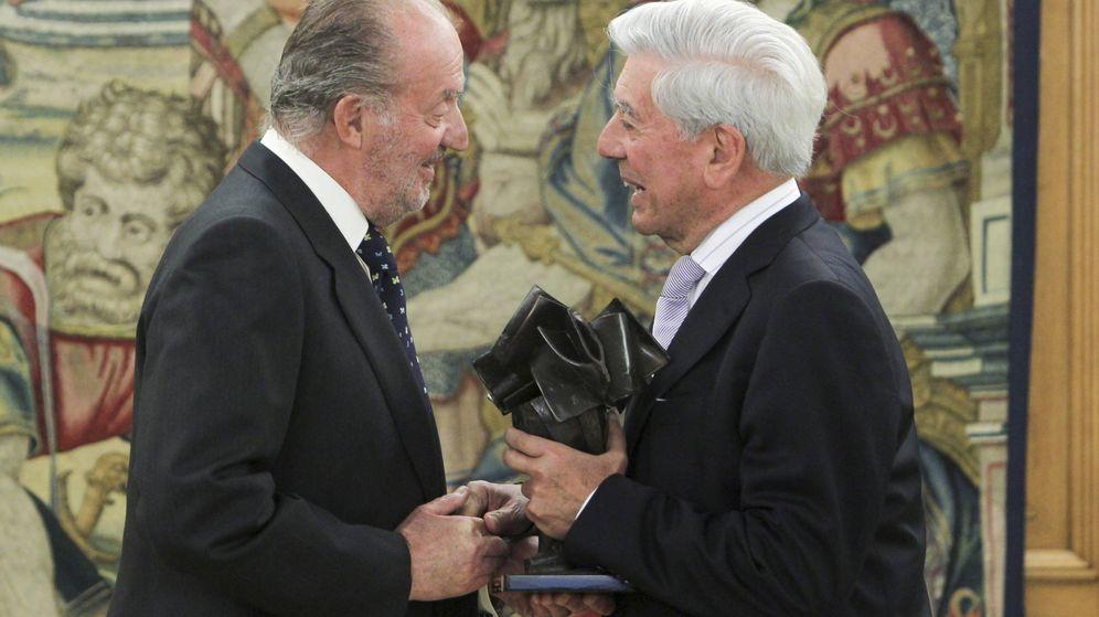 Foto: El rey Juan Carlos junto a Vargas Llosa. (Gtres)
