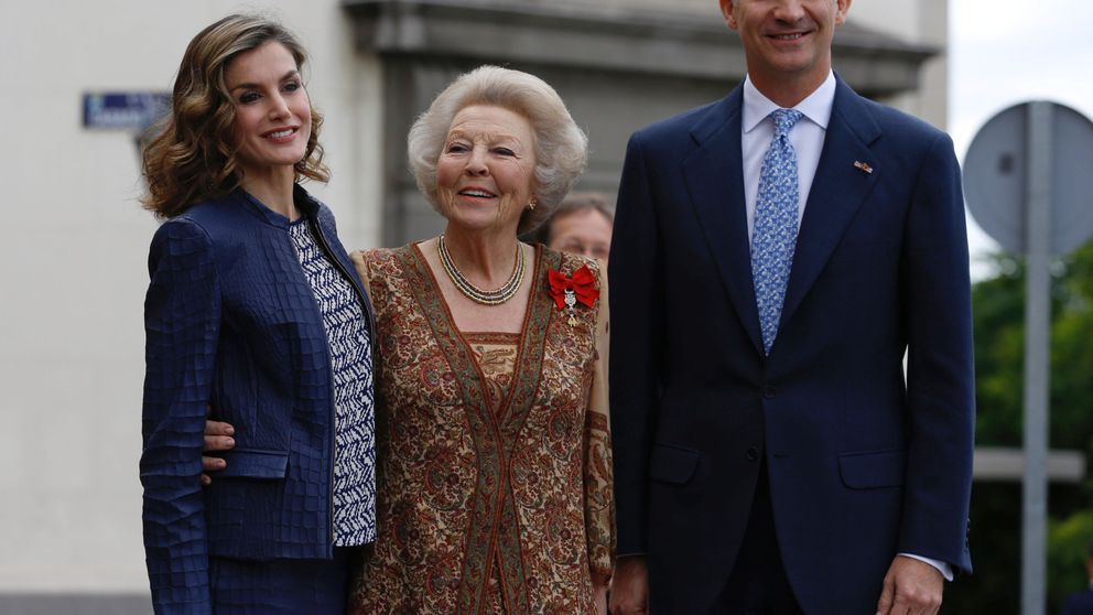 Doña Letizia estrena pendientes de 12 euros para recibir a Beatriz de Holanda