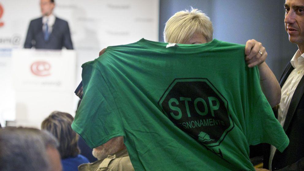 Los antidesahucios de Ada Colau 'escrachean' a Rajoy en Barcelona