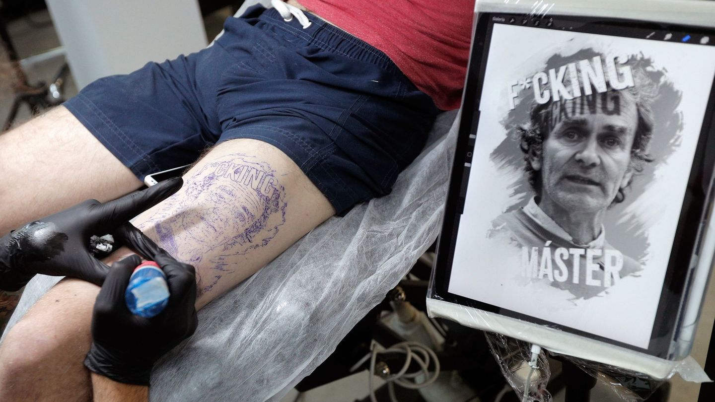 Un 'fan' se tatúa la cara de Simón en la pierna. (EFE)