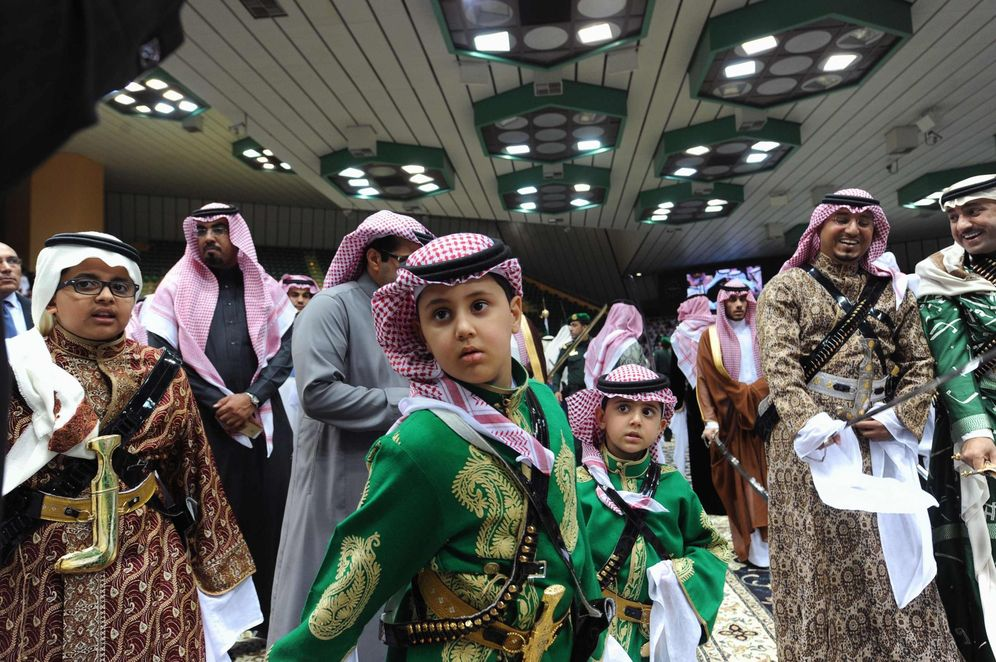 Foto: Príncipes saudíes participan en una danza tradicional llamada 'arda' durante un festival cultural en Riad, en febrero de 2014. (Reuters)