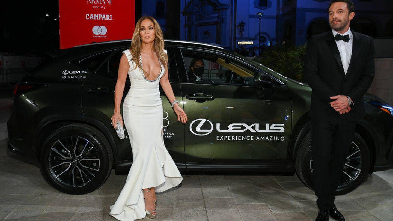 Jennifer Lopez y Ben Affleck junto al coche Lexus en el Festival de Venecia, (Getty)