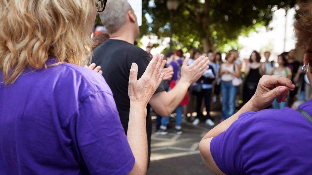 Foto: Un hombre se concentra unto a mujeres feministas en Santa Cruz de Tenerife. (EFE)
