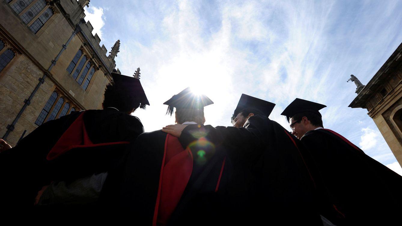 Foto: Estudiantes de Oxford se hacen una fotografía tras su graduación, en mayo de 2011 (Reuters)