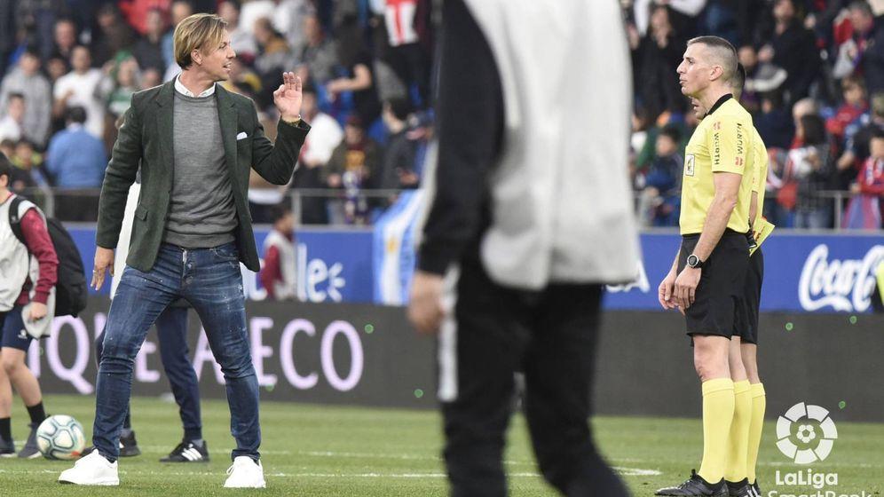 Foto: José María Gutiérrez en el momento de la expulsión en el partido entre el Huesca y el Almería. (@U.D.Almeria)