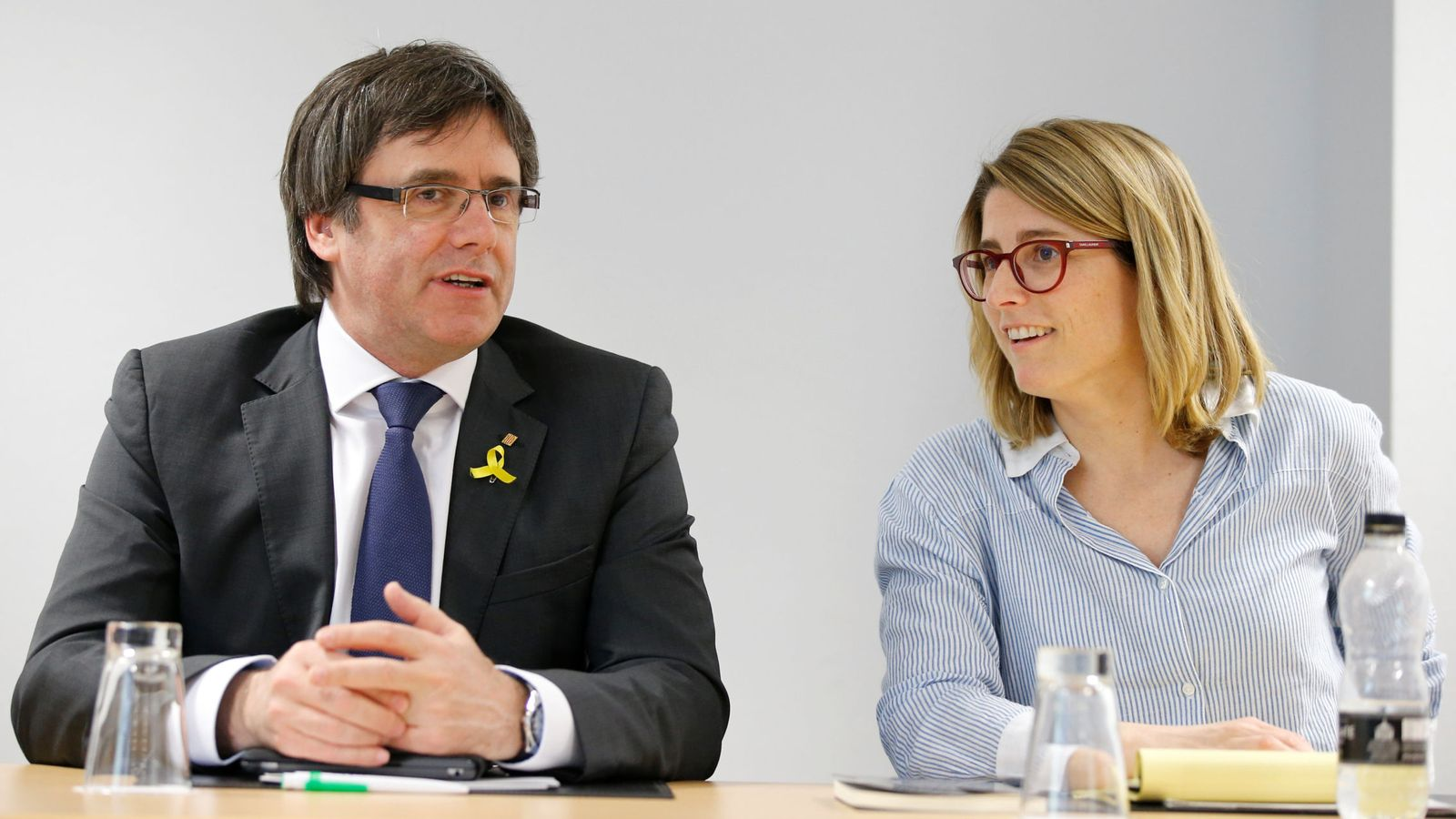 Foto: El expresidente de la Generalitat Carles Puigdemont y la portavoz de JxCAT, Elsa Artadi, en Berlín. (Reuters)