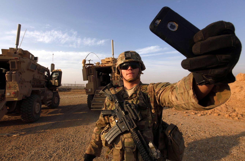 Foto: Un soldado estadounidense se hace un 'selfie' en la base de Qayara, al sur de Mosul (Reuters).