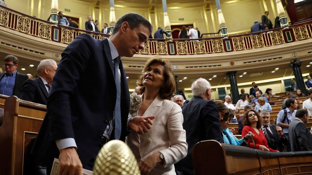 Foto: Pedro Sánchez, junto a Carmen Calvo, tras la segunda jornada del debate de investidura. (EFE)